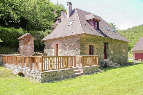 Authentic cottage with heated pool (12x6) close to a river surrounded by nature.