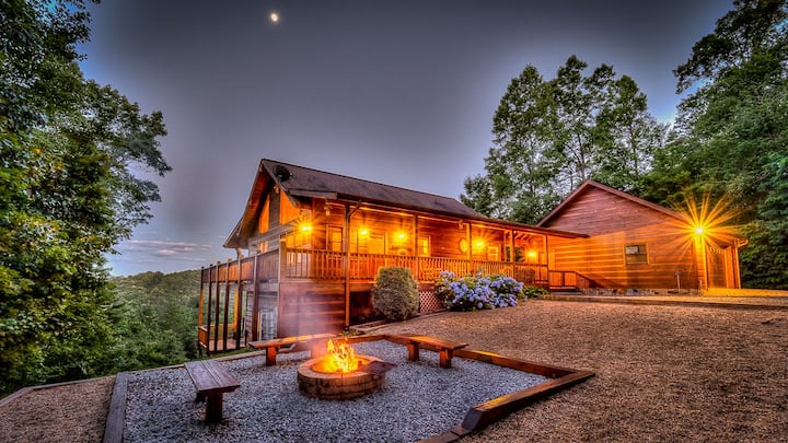 Blackberry Lodge- Pet Friendly | Outdoor Firepit | Hot Tub