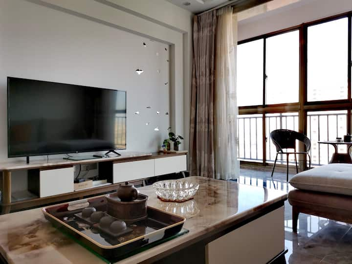 嘉鱼三室两厅两卫一厨整套电梯民宿房可做饭。豪装地处繁华,山湖温泉、二乔公园等景区,有公交车直达景区。