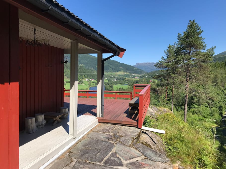 Overbygd inngangsparti mot terrasse