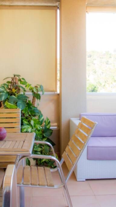 Heerlijk ontbijten in de zon op het terras met wijds uitzicht.