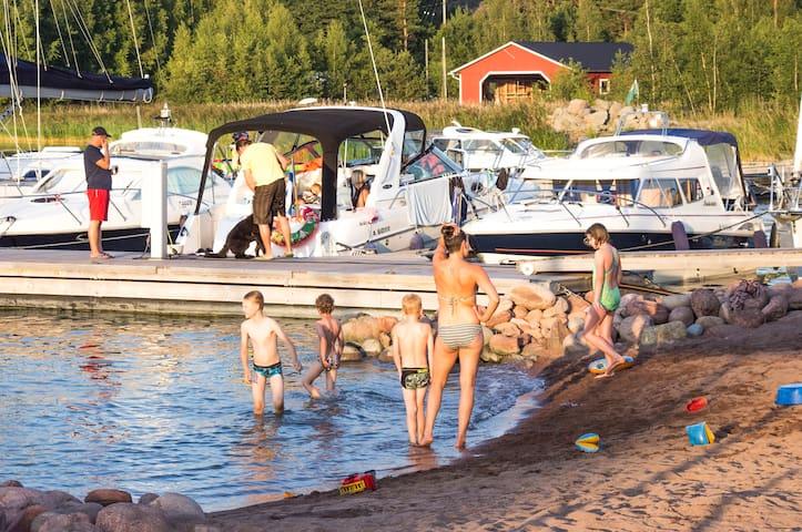 Uimaranta sijaitsee venelaiturin läheisyydessä.