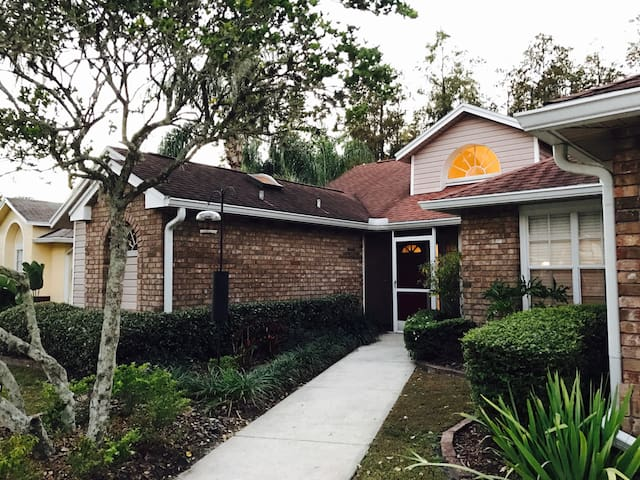 Private bed/bath in TPA pool home - Tampa - House