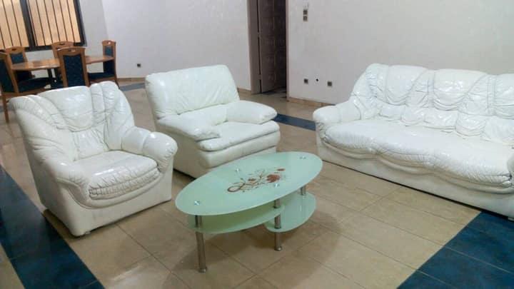 Maison de trois chambres et un salon meublé