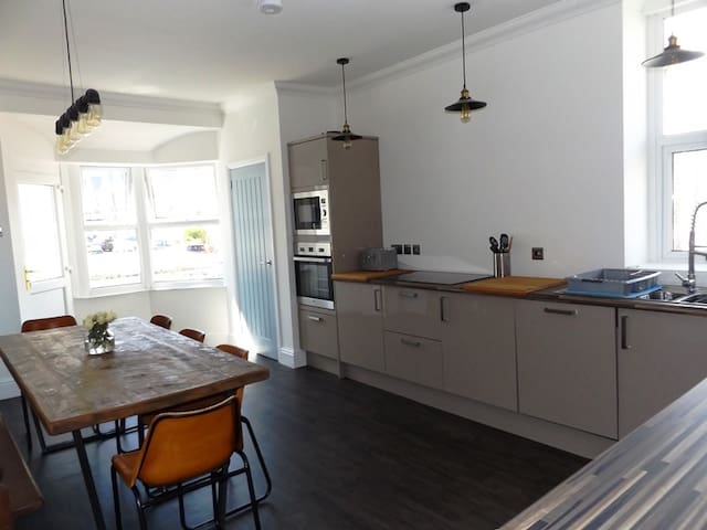Contemporary apt with a retro twist & sea views! - Porthcawl - Daire
