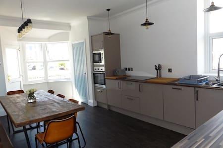 Contemporary apt with a retro twist & sea views! - Porthcawl - Huoneisto