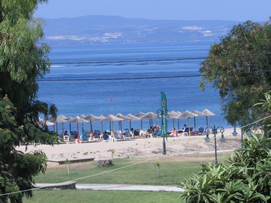 η παραλία δίπλα