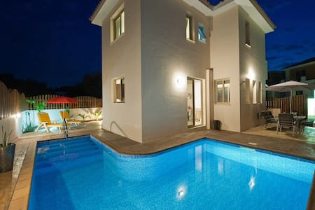 Beautiful detached villa with pool + wifi - Paralimni