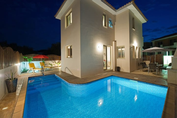 Beautiful detached villa with pool - fab location
