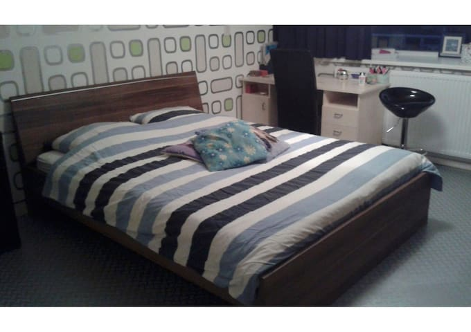 Big room of 16 M2 with bed for 2 persons and desk to work