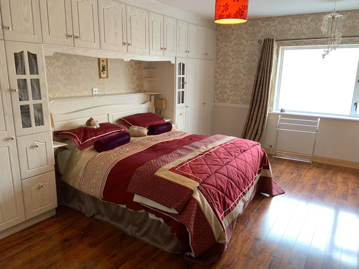 Sliabh Bracken House- 1 bed apartment w/king room