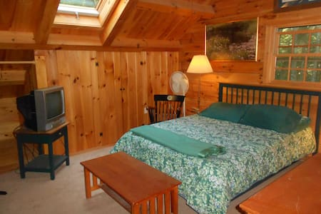 Campton Log Home Luxury Second Floor Room & Bathrm