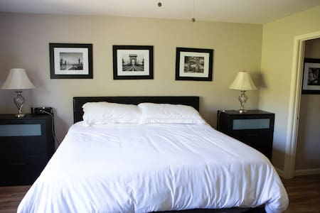 Modern Master Bedroom close to downtown & wineries
