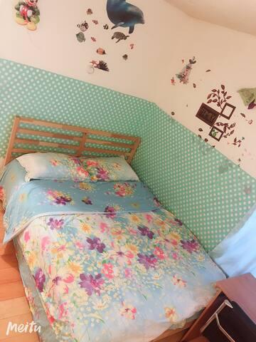 Cozy bedroom with  Queen size bed,罗兰岗附近特价雅房出租,可长租