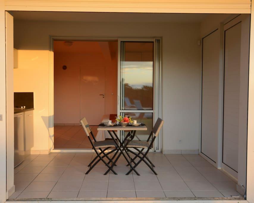 La terrasse avec sa cuisine.