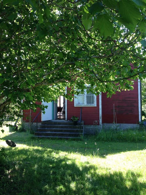 Kortsidan av huset, entrén.