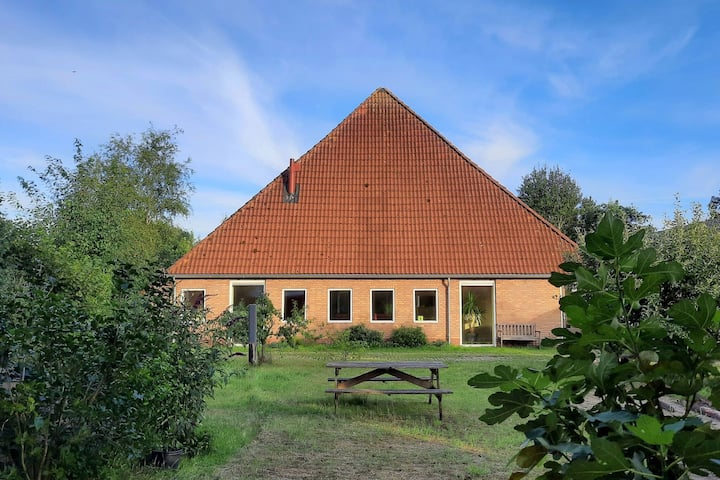 Lovely Farmhouse in Giethoorn with Jacuzzi