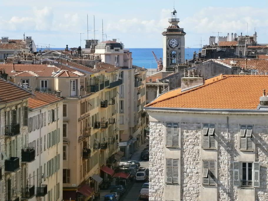 Vue de la terrasse du salon. L'église du Vieux-Port et la mer.