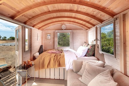 Cozy shepherd's hut on sustainable farm.