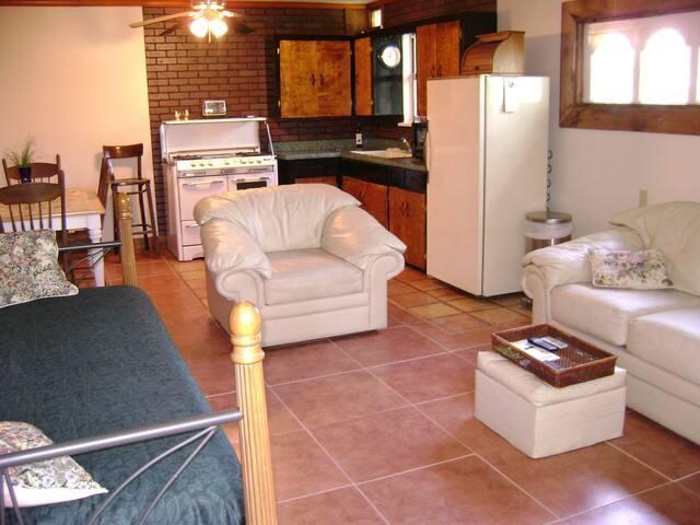 SOCO, BARTON SPRGS, Bouldin, PRIVATE Guest Cottage