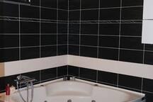 Kupaonica sa hidromasažnom kadom.