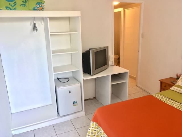 Closet, frigobar, tv con tv cable y acceso kitchenette y baño.