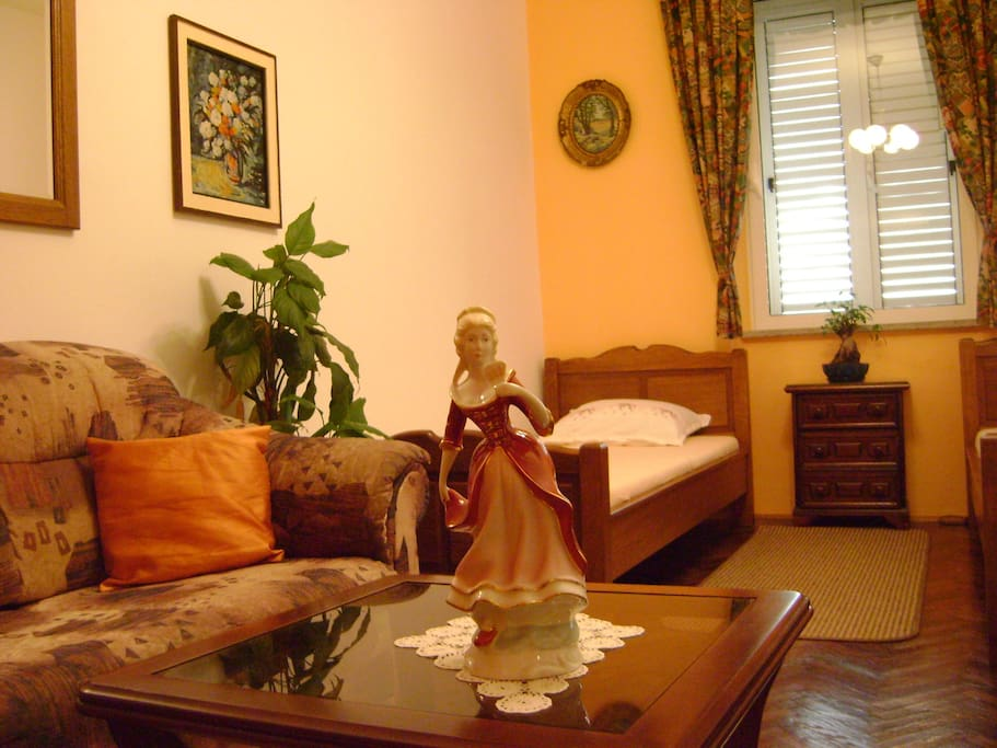 Twin room with sea view to Lovrijenac Fortress, private bathroom in the hall, airconditiong, WiFi and flat screen TV