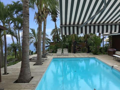 Chalet piscine chauffée /vue sur mer.