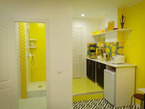 Общий вид кухни и туалетной комнаты.