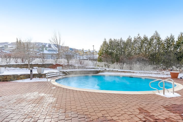 Stratton Mountain condo with shared pool, hot tubs, and sauna - Walk to lifts