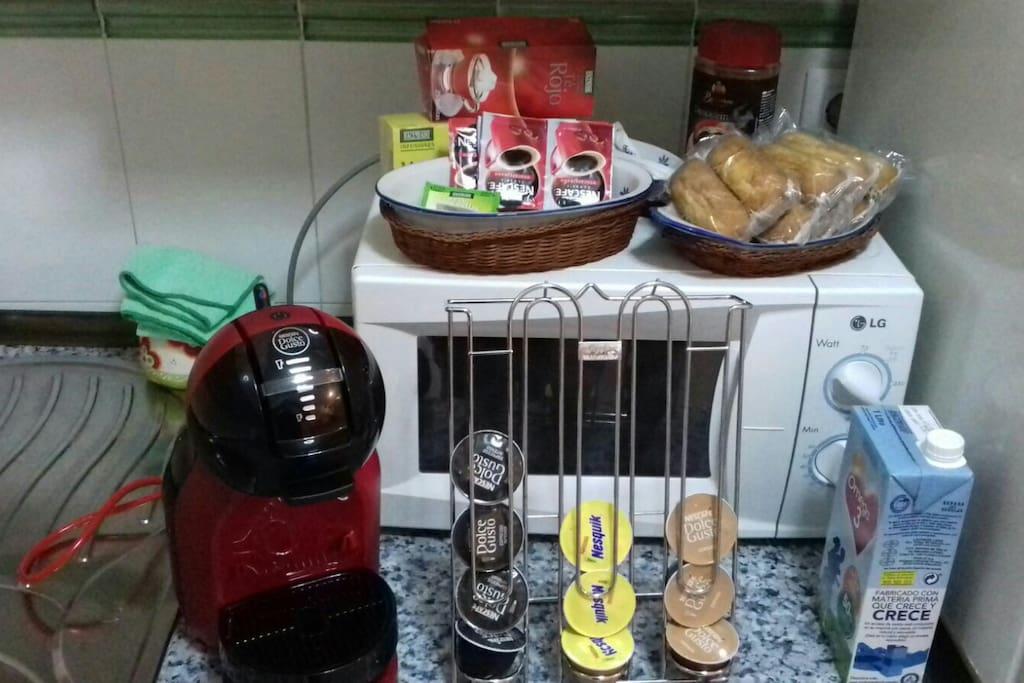 gran desayuno con cafetera de cápsulas,  descafeinado,café, te,manzanilla, leche magdalenas.