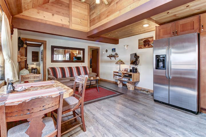 Dog-friendly modern cabin, close to skiing, hiking, and water adventures!