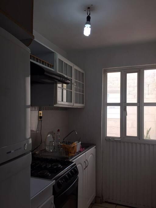 cocina con estufa frefrigerador y lava trastes