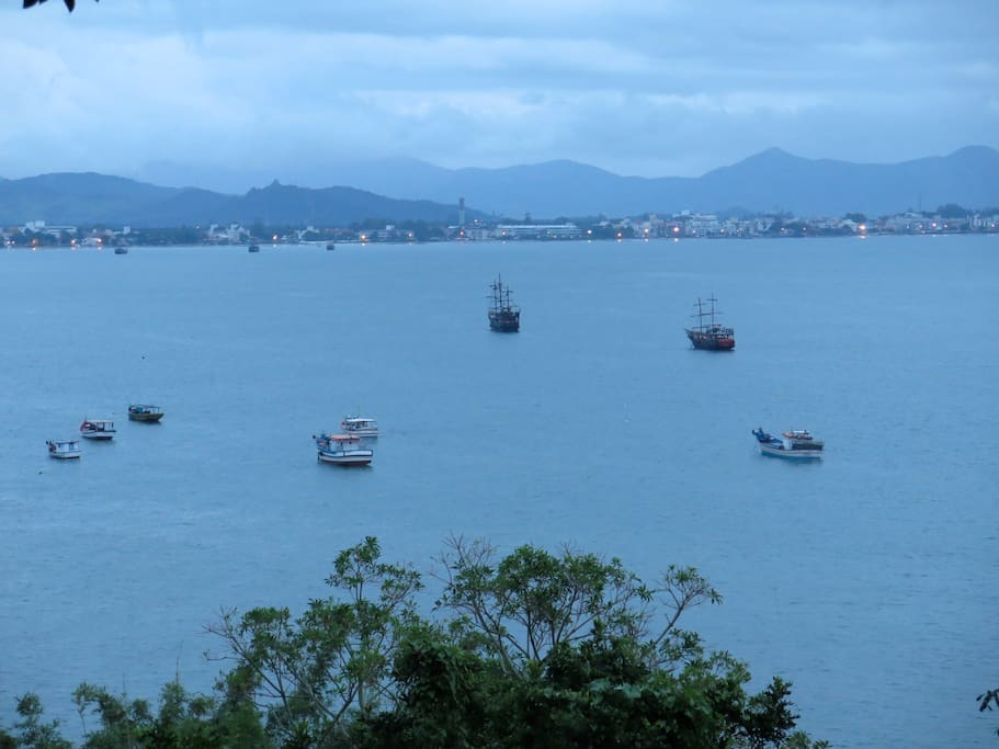 Vista del atardecer de la bahía desde la galería de la casa