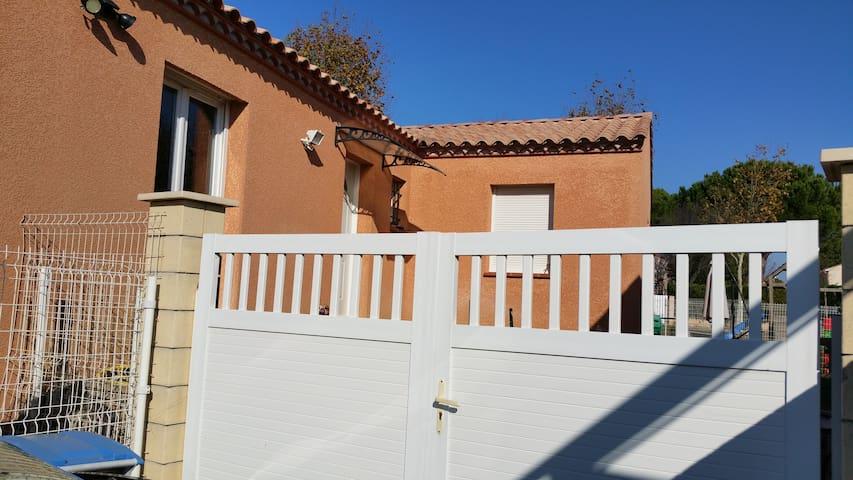 chambre à louer dans villa récente - Montady - Hus