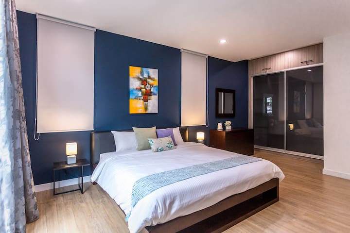 Deluxe Master Bedroom with King Bed