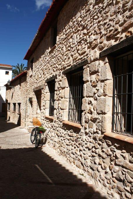 La casa del Caracol está en pleno centro histórico de Dénia en una callejuela tranquila- The house is situated in the historical heart of Dénia in a peaceful and quiet narrow street.