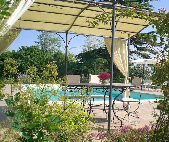 appartamento con terrazza e piscina