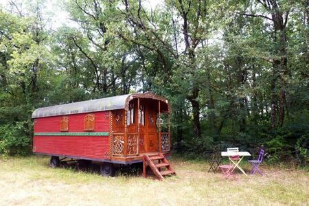 La roulotte rouge des Gîtes de la Bohème - Ginouillac - Annat