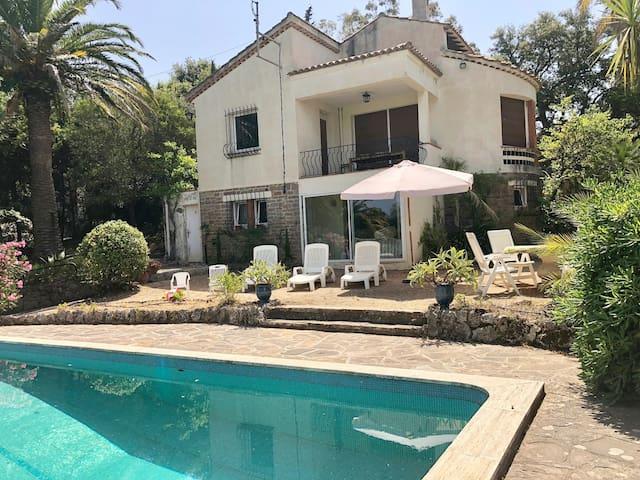 Grande maison avec jardin et piscine, vue forêt