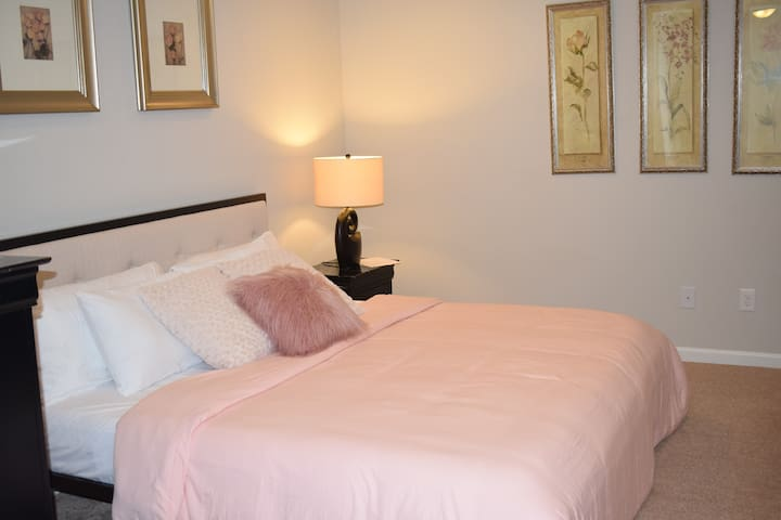 #1 Large Private Suite Near Airport-For Women Only