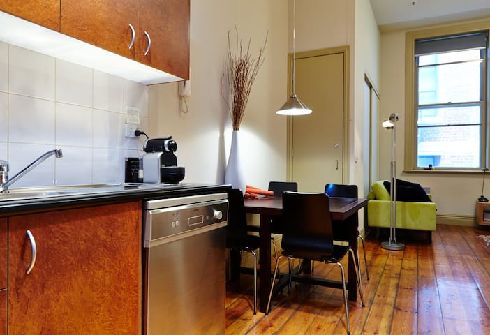 'COOL' Apartment Awesome Location Melbourne CBD