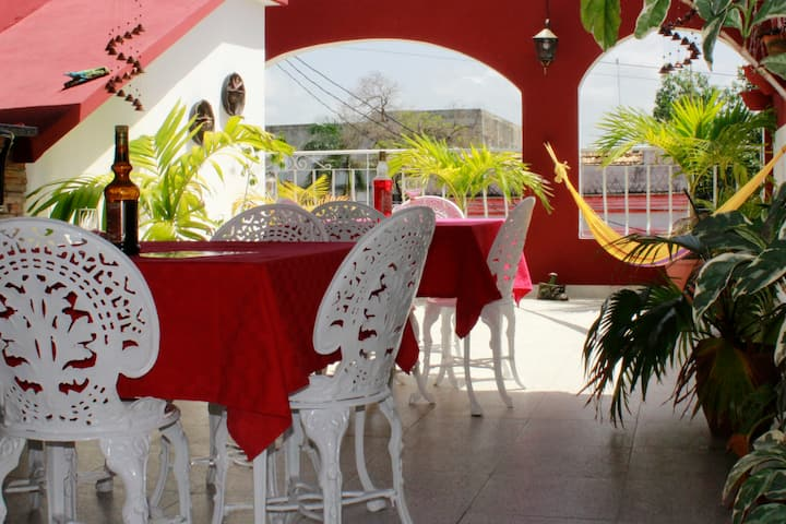 Amplia y Luminosa Habitación en Hostal Almaguer