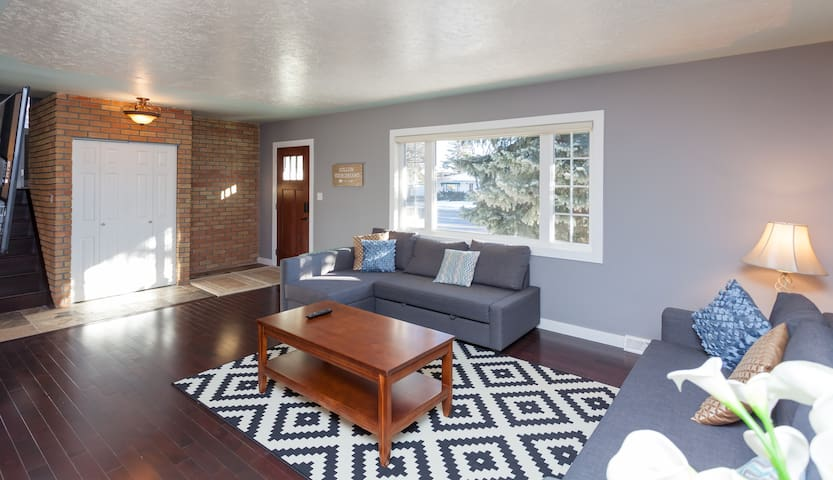 Executive West Side 4 BR/2 Bth Home. Near Downtown - Calgary - Haus