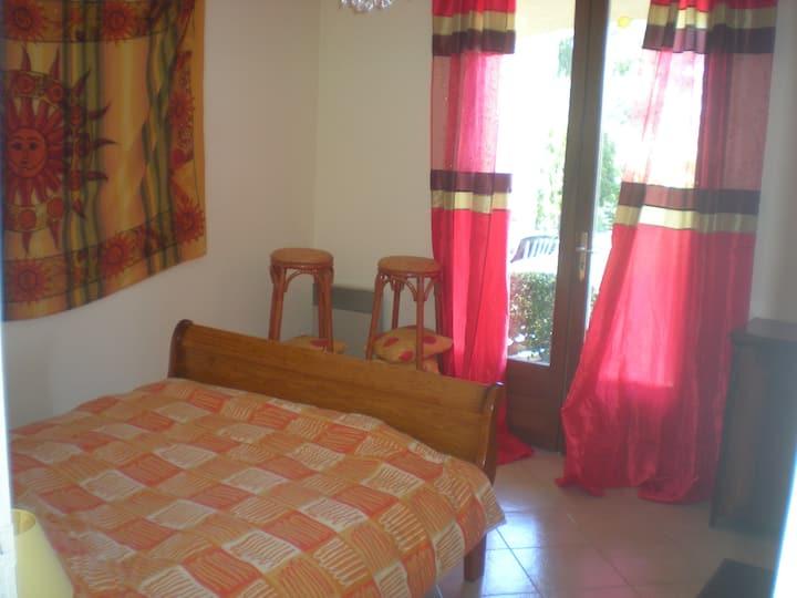 jolie chambre claire tout confort