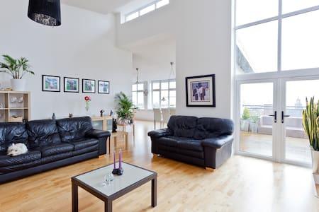 Luxury Penthouse, Ensuite, Hot-Tub - Belfast