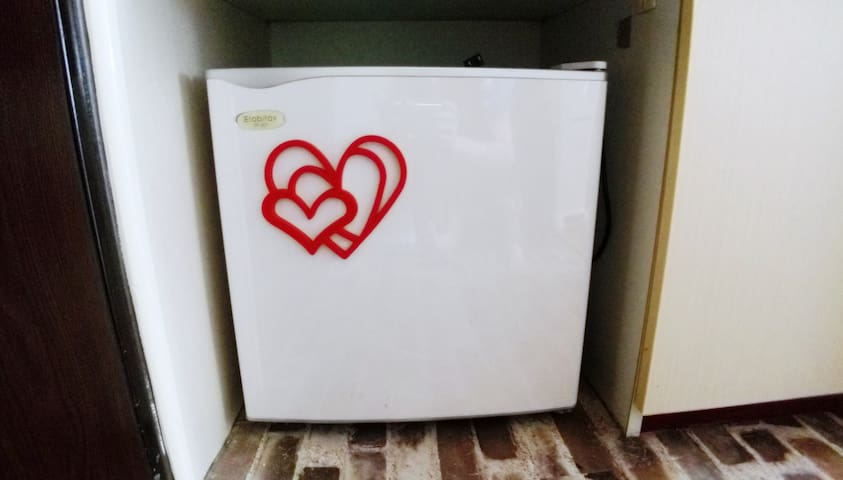 小冰箱(内有迷你冷冻库) Small refrigerator (with mini freezer)