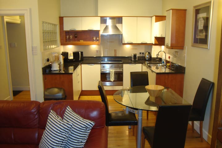 Centrally located,comfortable apt in Camden Street