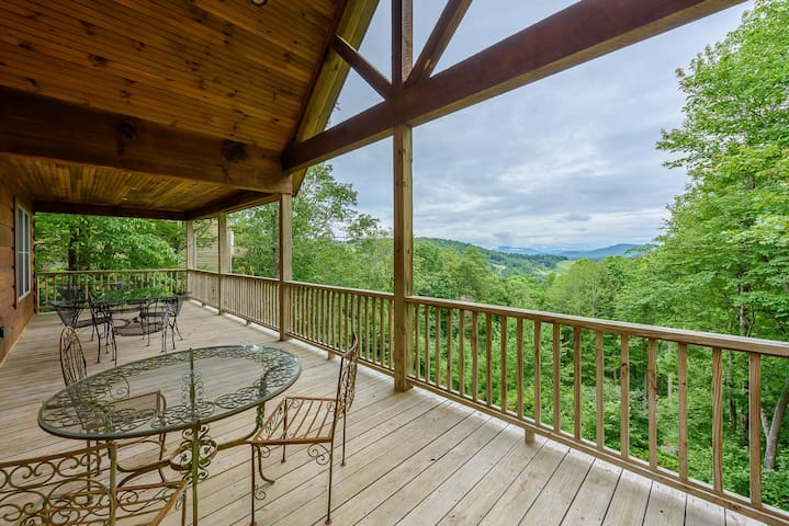 Log Cabin, Big Views, King Suite w/ Jetted Tub, Close to Attractions & Skiing