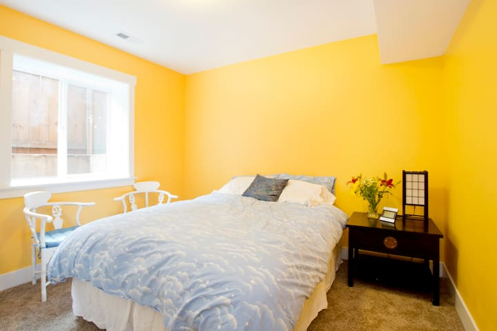 Yellow room in Woodstock with central air con!
